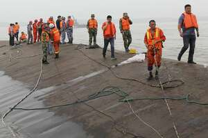 Divers searching capsized cruise ship; hundreds missing in China - Photo