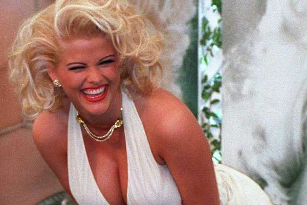 Actress Anna Nicole Smith (1967 - 2007) poses as Marilyn Monroe in 'The Seven Year Itch', circa 1993.