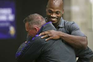 Adrian Peterson admits 'mistake,' returns to Vikings - Photo
