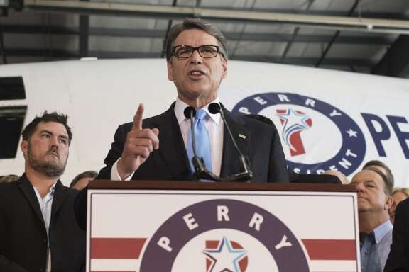 El jueves 4 de junio Rick Perry, ex gobernador de Texas, anunció que se presenta como candidato a las elecciones primarias del Partido Republicano para elegir a su candidato a la presidencia del país en 2016.   En 2001, siendo gobernador, Perry firmó la popularmente conocida como DREAM Act de Texas y defendió públicamente la ley durante su campaña para ganar la candidatura presidencial en 2012. Por otro lado, también como gobernador, ordenó el despliegue de la Guardia Nacional texana en la frontera y se ha opuesto a las medidas de alivio para inmigrantes indocumentados que el presidente Barack Obama decretó en noviembre de 2014 y uno de cuyos componentes más importantes, los nuevos programas de acción diferida, lleva meses en un limbo legal precisamente porque el estado de Texas presentó una demanda contra dichas medidas.