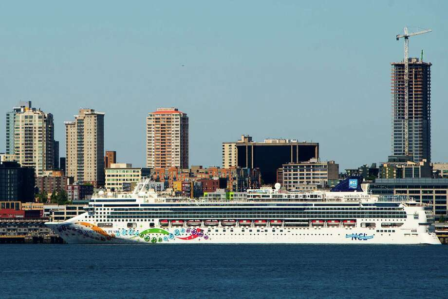 A cruise ship unloads tourists in the summer heat, photographed Sunday, June 7, 2015, in West Seattle. Photo: JORDAN STEAD, SEATTLEPI.COM / SEATTLEPI.COM
