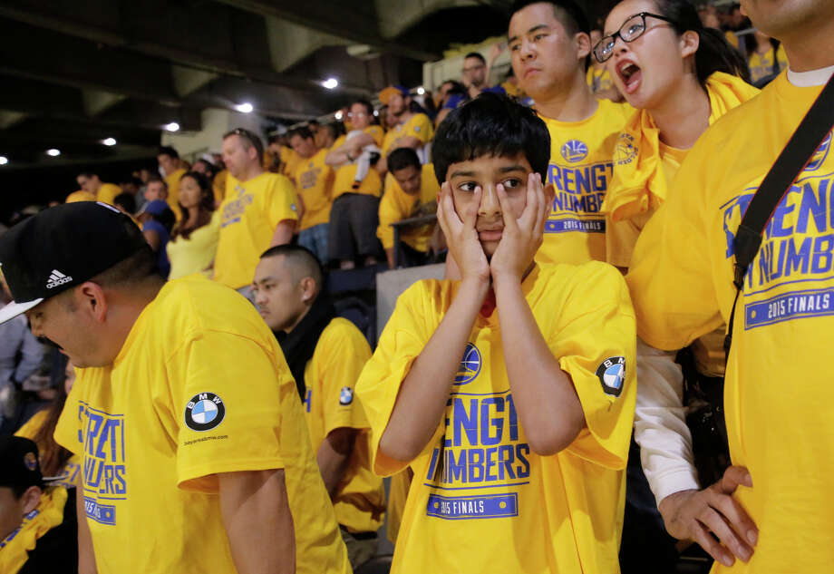 Milo Campos (left) of Santa Rosa and 11-year-old Andray Lamba of Los Altos react to the Warriors' misfortunes. Photo: Michael Macor / Photos By Michael Macor / The Chronicle / ONLINE_YES