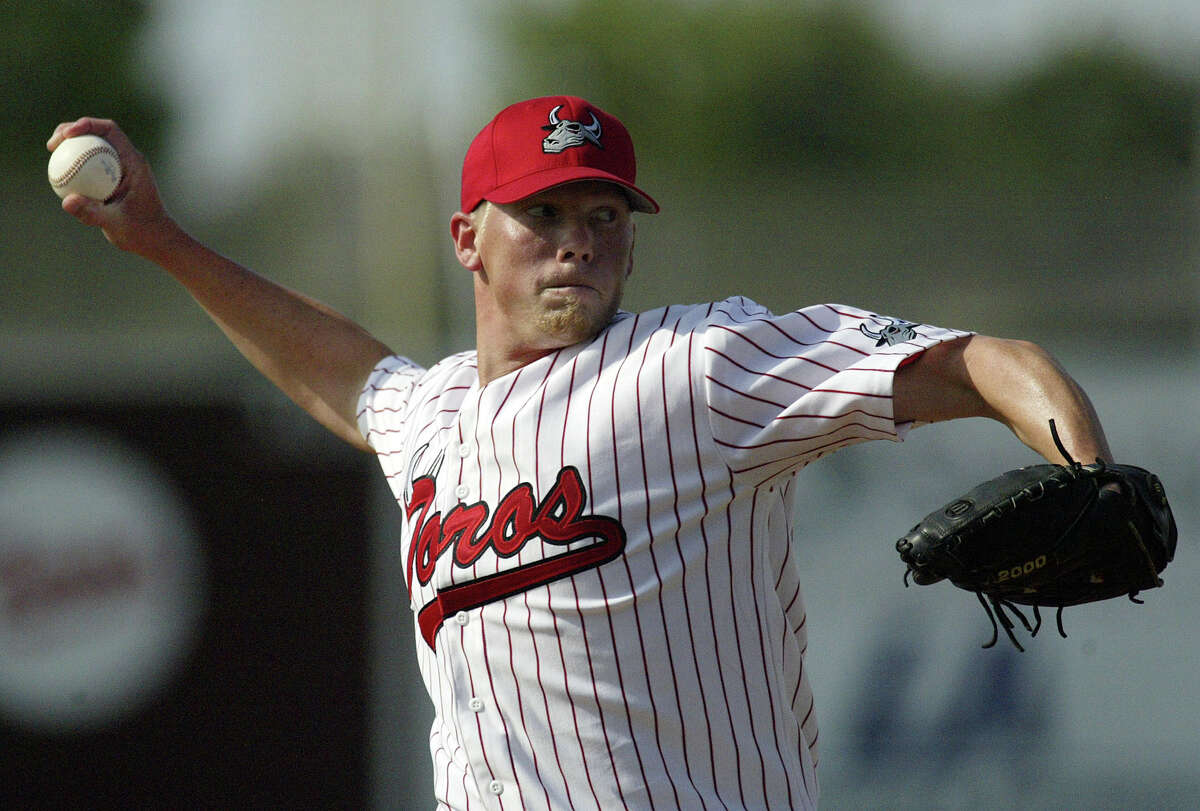 Bay Area Toros starter Steve Hecker throws to the Texas Heat in the first inning of the Toros' inaugural game at Wildcat Stadium on Sunday, May 27, 2007 in League City.(Jessica Kourkounis/For The Chronicle)