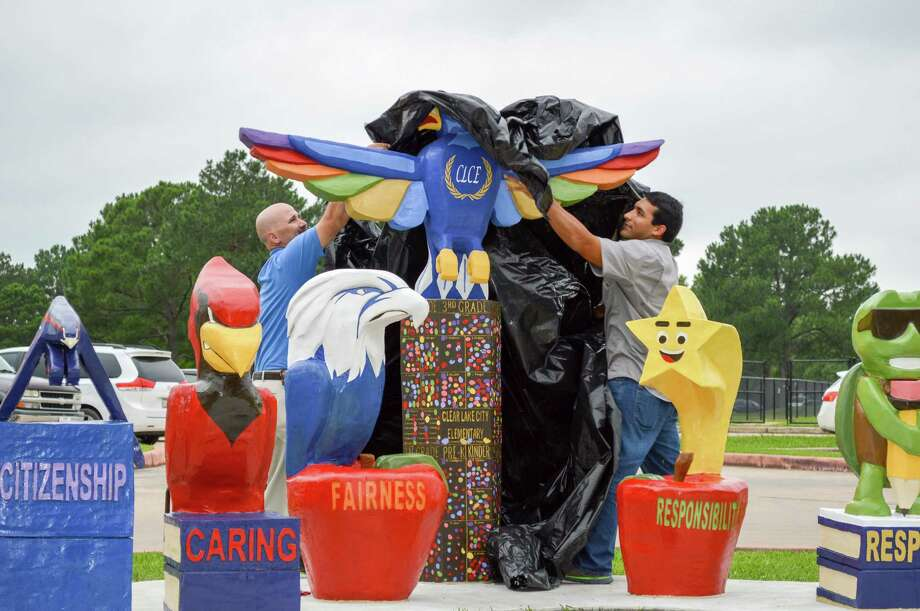 Principal Jepsey Kimble and sculptor Russell Ramirez unveil the 50th anniversary Totem Pole at Clear Lake City Elementary School. Photo: Clear Lake City / ©ClearCreekISD