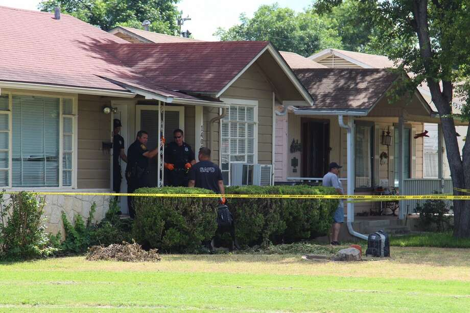 San Antonio police investigate the scene of a home invasion and shooting on the Southeast Side in the 1400 block of Vanderbilt Street on June 11, 2015. Photo: Tyler White/San Antonio Express-News