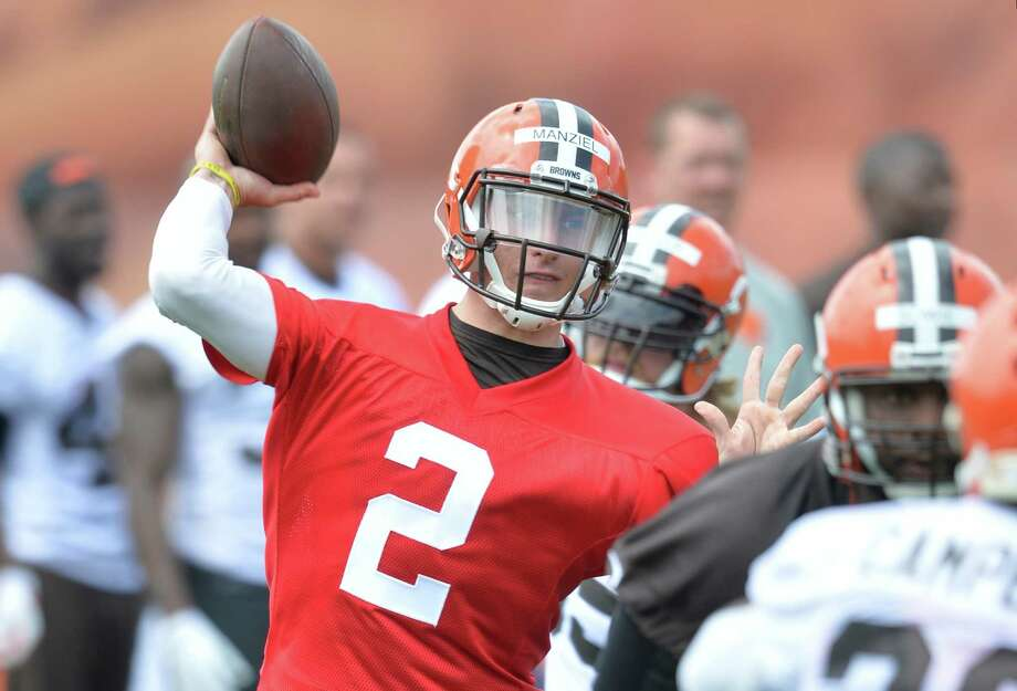 Cleveland Browns quarterback Johnny Manziel (2) participates in an NFL organized training activity in Berea, Ohio, Tuesday, May 26, 2015. Photo: David Richard /Associated Press / FR25496 AP