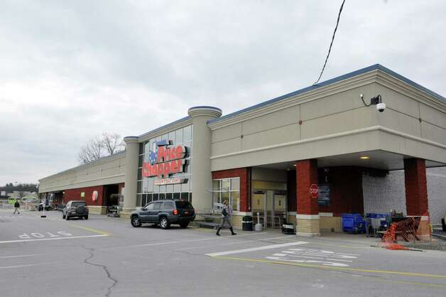A view of the outside of a Price Chopper on Thursday, Nov. 13, 2014, in Wilton, N.Y.  This store is  one of the first to become the chain's new Market 32 store.   (Paul Buckowski / Times Union) ORG XMIT: MER2015060209451545 Photo: Paul Buckowski / 00029468A