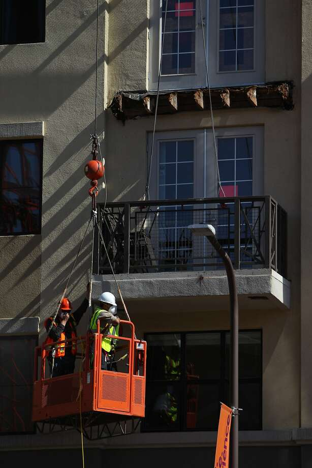 A balcony below the one that collapsed is worked on at 2020 Kittredge Street in Berkeley, California, on Tuesday, June 16, 2015. The collapse, which took place in the early hours of Tuesday, killed 6 and injured others. Photo: Loren Elliott, The Chronicle