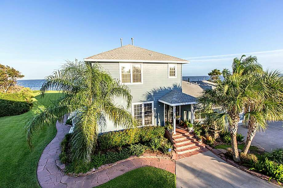 Clear Lake3814 Todville: $1,675,000 / 4.5 bedrooms / 4 full baths / 4,082 square feet Photo: Houston Association Of Realtors