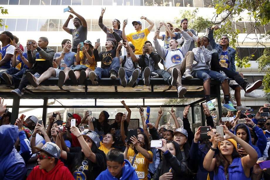 Fans cheer as Stephen Curry and Andre Iguodala pass by during Golden State  Warriors  victory 45a780ef5