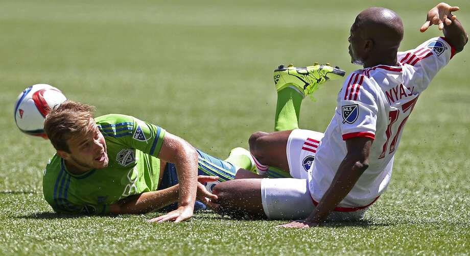 Sounders midfielder Thomas (left) goes down along with Earthquakes forward Sanna Nyassi in the first half of San Jose's victory. Photo: Ken Lambert, Associated Press