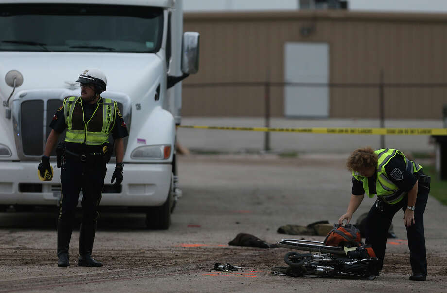 Bexar County sheriff's deputies investigate the scene where a homeless man was dragged by a tractor-trailer. Photo: Photos By John Davenport /San Antonio Express-News / ©San Antonio Express-News/John Davenport