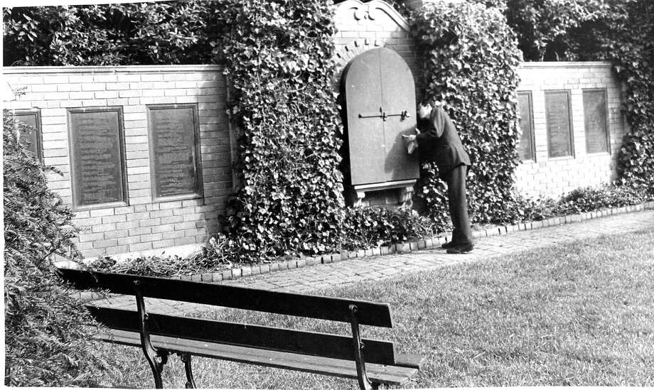 A visitor tries to get a glimpse of the Shakespeare bust at Golden Gate Park's Shakespeare Garden on April 22, 1964. Photo: Joe Rosenthal, The Chronicle
