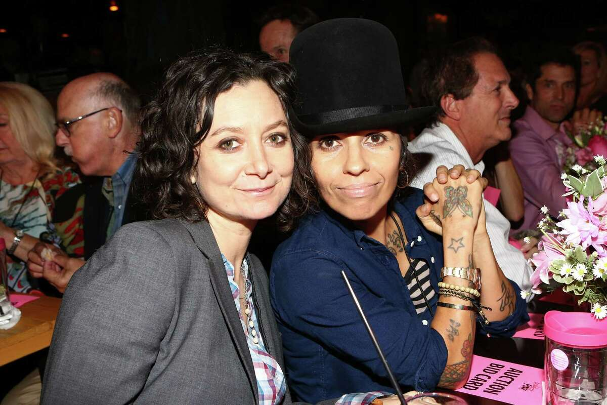 Actress Sara Gilbert (L) and producer/musician Linda Perry