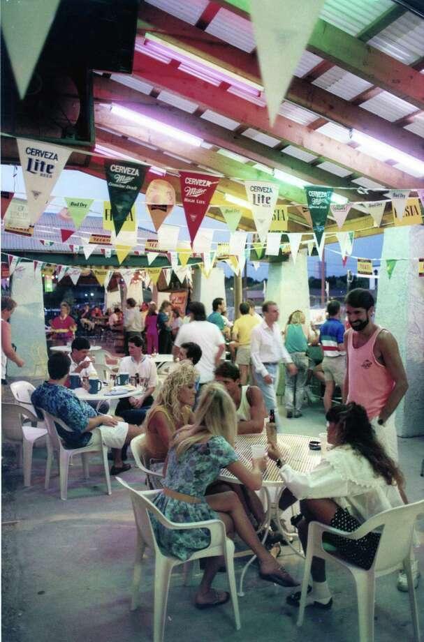 08/28/1990 - Yucatan Liquor Stand, 6353 Richmond Photo: Craig H. Hartley, HP Staff / Houston Post files