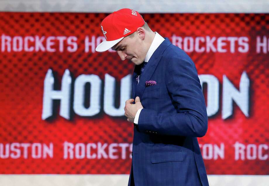 Sam Dekker can remain a fan of the color red he undoubtedly came to love while helping Wisconsin reach the Final Four the last two seasons. Photo: Kathy Willens, STF / AP