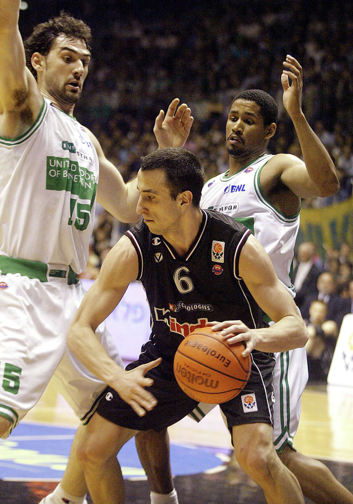 Emanuel Ginobili of Kinder Bologna (C) vies with Jorge Garbajosa (L) and Charlie Bell of Benetton Treviso 03 May 2002 in a Euroleague final four match. (Photo credit should read GIORGIO BENVENUTI/AFP/Getty Images)