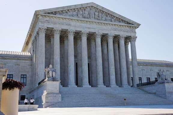 La Corte Suprema de EE.UU. se negó el lunes 29 de junio a permitir que Texas aplique restricciones que llevarían al cierre de 10 clínicas para abortos en el estado. Las siguientes fotos y mapas te darán una idea sobre cómo ha  ido disminuyendo la cantidad de proveedores de servicios de abortos en Texas.