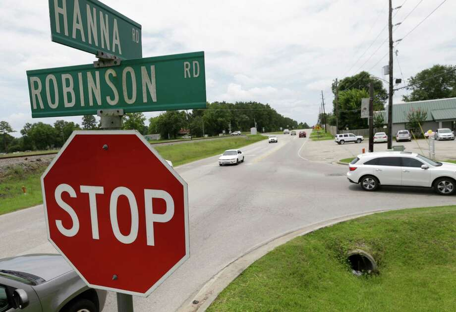 Traffic is shown along Hanna and Robinson Saturday, June 27, 2015, in Oak Ridge.  Before Oak Ridge can build a town center, the town must realign and widen Robinson. Photo: Melissa Phillip, Houston Chronicle / © 2015  Houston Chronicle