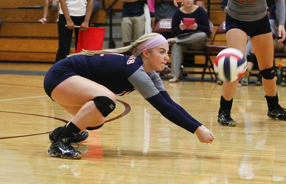 Seven Lakes' Sydney Nimtz had 21 digs in the win over Clear Falls. Photo: Diana L. Porter, Freelance / © Diana L. Porter