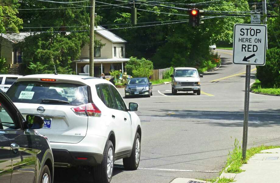 A Locust Avenue resident is asking the town to re-time traffic signals on Locust Avenue at Route 123 in New Canaan to help improve safety in a neighborhood made up of young families. Photo: Martin B. Cassidy / Hearst Connecticut Media / Darien News