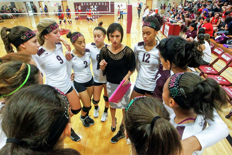 Highlands' volleyball coach Jaci Barrientes (center) talks to the Lady Owls between sets during their match with WYLA at the Highlands gym on Tuesday, Sept. 17, 2013.  Photo by Marvin Pfeiffer / Prime Time Newspapers Photo: MARVIN PFEIFFER, STAFF / Marvin Pfeiffer / Prime Time New / Prime Time Newspapers 2013