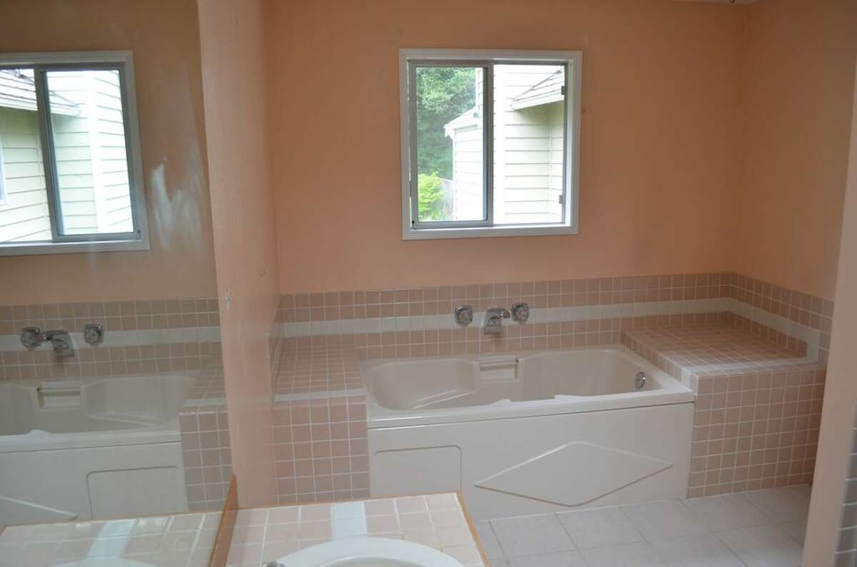 A before shot of the tub. The space to the left and right was not well utilized.