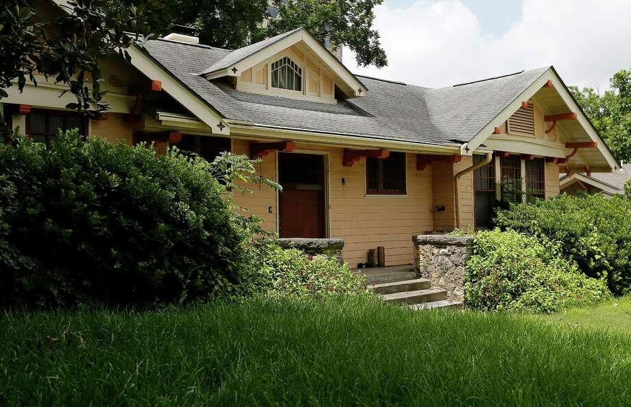 The house located at 130 Davis Court is the point of dispute over its historical status. The owner had planned to demolish the home.   Photo: Kin Man Hui /San Antonio Express-News / ©2015 San Antonio Express-News