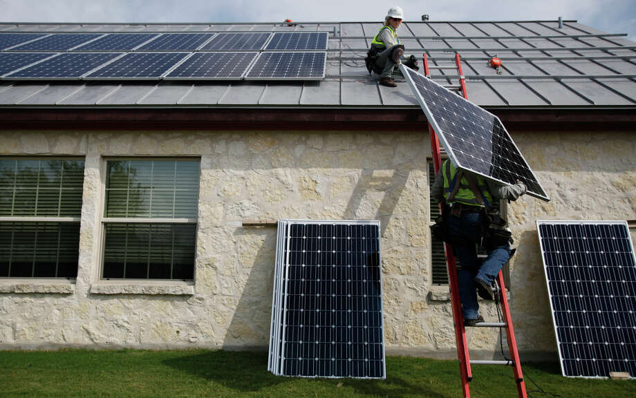 CPS Energy on Sept. 9 launched SolarHost, a pilot program with PowerFin Partners, that would pay CPS customers, homeowners and commercial property owners to let them put solar panels on their roofs. Within 48 hours of putting the offer online, about 1,200 applications were submitted. Photo: Express-News File Photo / SAN ANTONIO EXPRESS-NEWS