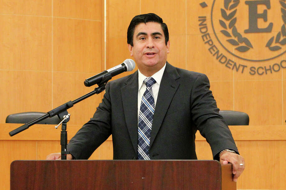 Edgewood ISD Superintendant Jose Cervantes speaks during a donation of books from the Library of Congress in 2014. The district's board has been deadlocked on replacing him after buying out his contract last August. MARVIN PFEIFFER/ mpfeiffer@express-news.net Photo: Marvin Pfeiffer /San Antonio Express-News / Express-News 2014