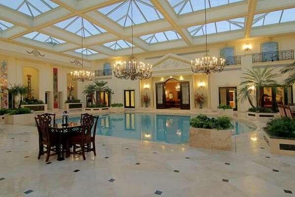 Ubicada en 2115 River Oaks Blvd. en Houston, esta vivienda de estilo neoclásico se vende por 17.9 millones de dólares, tiene ocho dormitorios, nueve baños completos y tres medios baños y mide 21,500 pies cuadrados. También tiene una piscina interior con claraboyas. (HAR)
