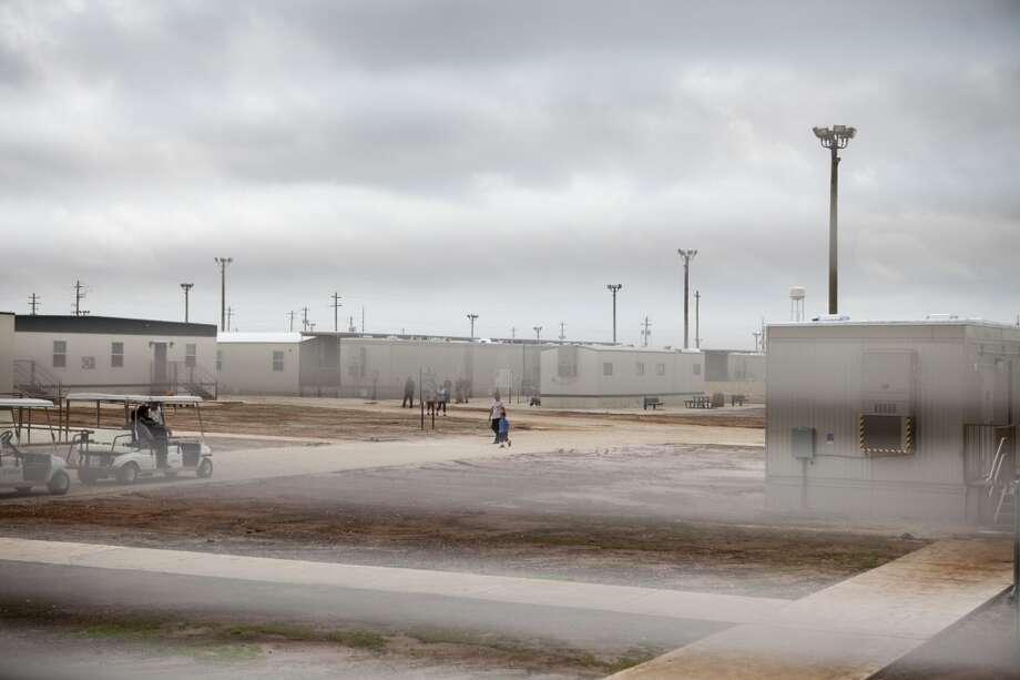 El centro de detención de Dilley está unas 70 millas al suroeste de San Antonio y con algo más de 2,000 inmigrantes indocumentados, es el más grande de Estados Unidos. Photo: Ilana Panich Linsman, The New York Times