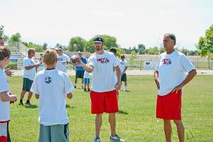 Carr family of quarterbacks passes on its knowledge to kids - Photo