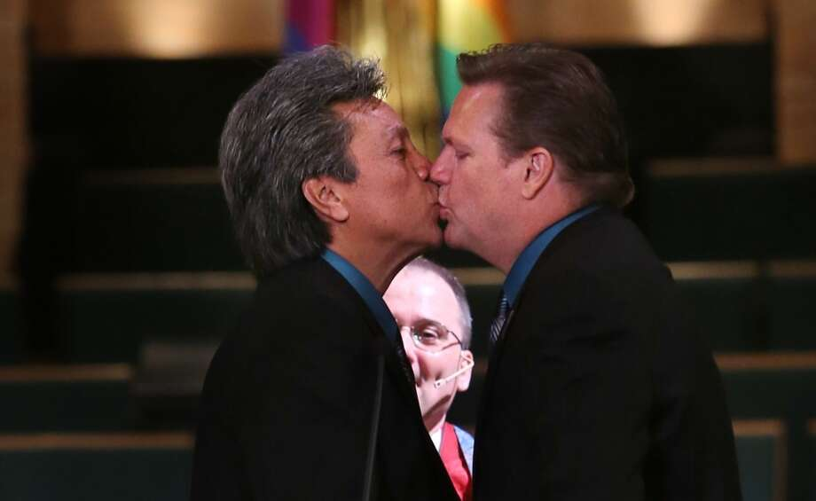Robert Mart ínez y  Joe Goins cerrando la ceremomonia de matrimonio con un beso. Photo: Mayra Beltran, Houston Chronicle