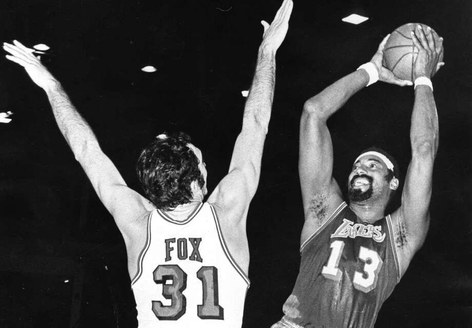 Los Angeles Lakers Wilt Chamberlain shoots over Chicago Bulls Jim Fox on Feb. 14, 1971. Photo: Sporting News Archive /Sporting News Via Getty Images / Sporting News