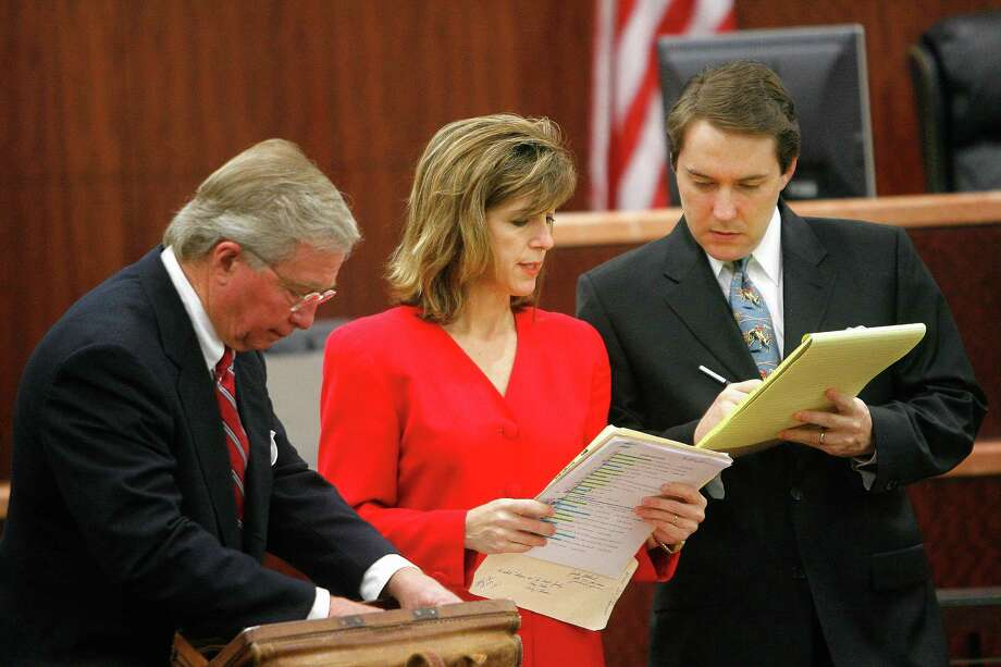 Prosecutor Kelly Siegler confers in 2007 with defense attorneys Dick DeGuerin, left, and Neal Davis.  Photo: Steve Campbell, Staff / Houston Chronicle