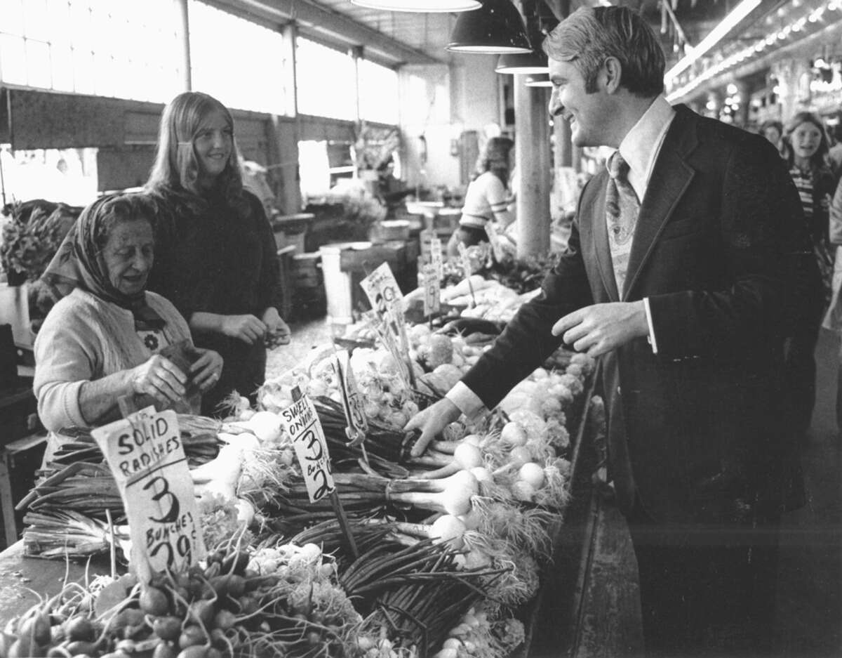 Seattle Mayor Wes Uhlman, pictured speaking with vendors on Aug. 17, 1972.