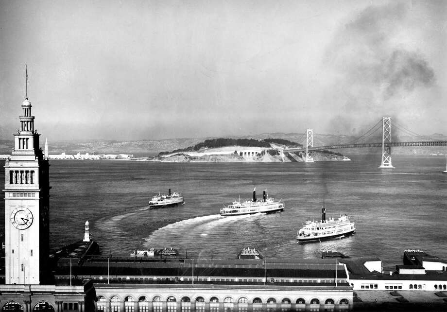 Top: Ferries leaving the Ferry Building in 1952.  Photo: The Chronicle / ONLINE_YES