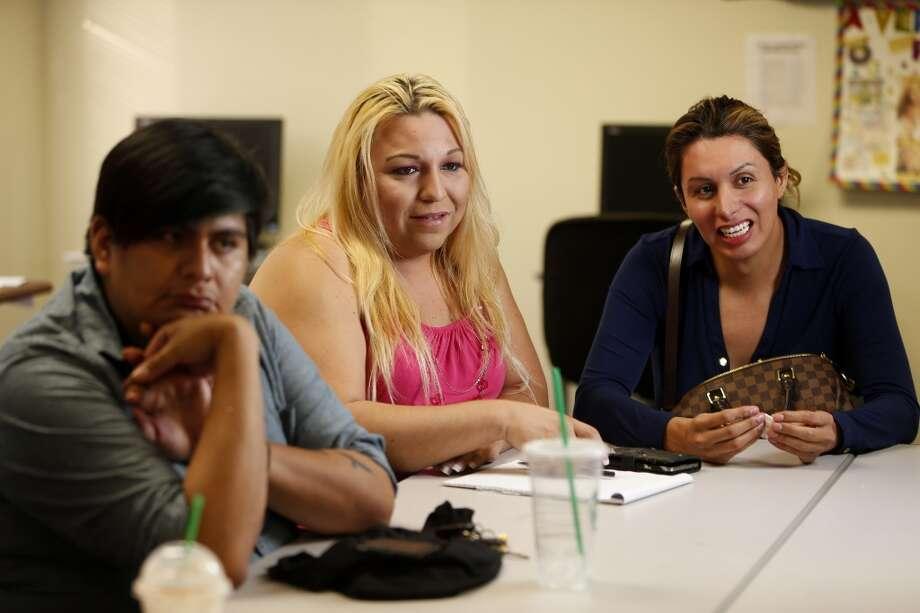 Víctor Esquivel, Anandrea Molina y Jessica escuchando durante una discusión sobre personas transgénero en el Montrose Center. Photo: Karen Warren, Houston Chronicle