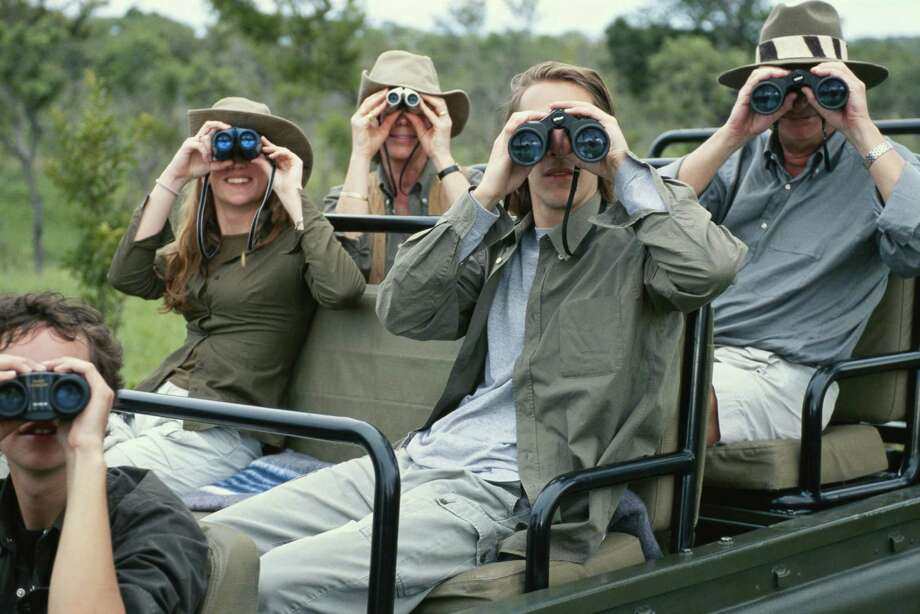 Group of friends on off road vehicle with binoculars Photo: David De Lossy, Getty Images / (c) David De Lossy