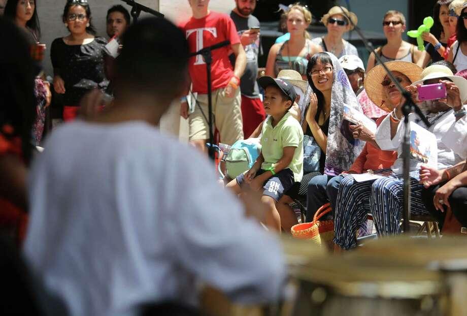 A crowd outside Jones Hall. Photo: Mayra Beltran, Houston Chronicle / © 2015 Houston Chronicle