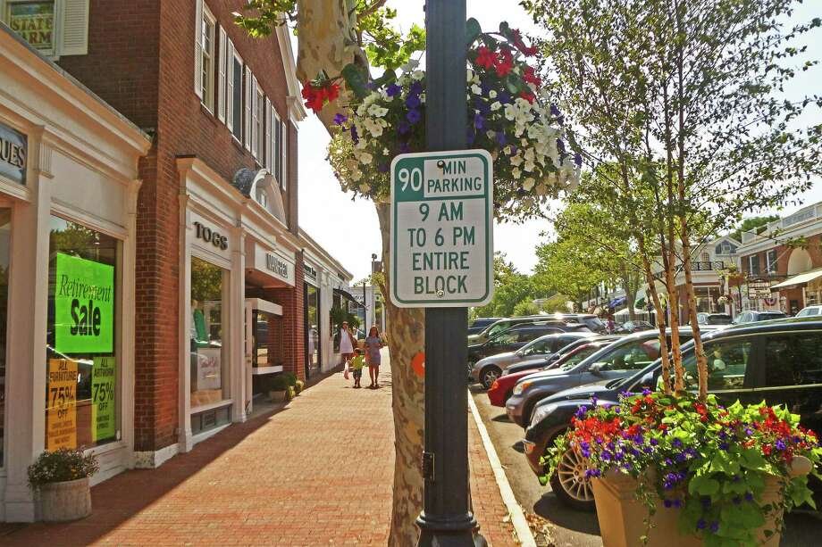 Among the parking regulation signs the town should install more of downtown are signs informing residents of parking regulations on Elm Street, parking commissioners said last week. Photo: Martin Cassidy / Hearst Connecticut Media / New Canaan News