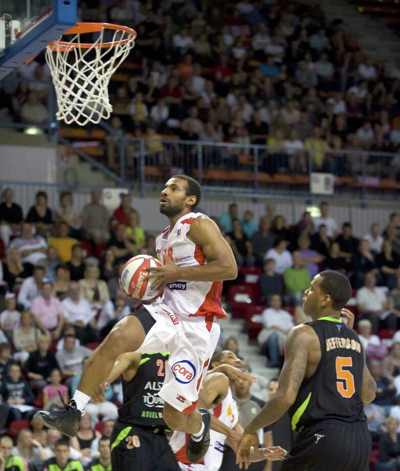 Nancy's US point guard Willie Deane (L) goes to the basket past Asvel's US forward Davon Jefferson(R) during the first leg of their French ProA basketball playoffs semi-finals match Nancy vs Lyon-Villeurbanne, on May 28th, 2010 at Jean Weille Gymnasium in Nancy. Nancy won 109-93. AFP PHOTO/JEAN-CHRISTOPHE VERHAEGEN (Photo credit should read JEAN-CHRISTOPHE VERHAEGEN/AFP/Getty Images) Photo: JEAN-CHRISTOPHE VERHAEGEN / LYON AFP