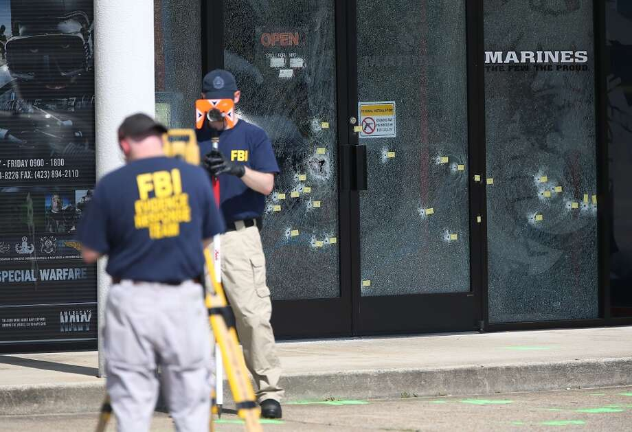 Members of the FBI Evidence Response Team investigate the shooting at the Armed Forces Career Center/National Guard Recruitment Office on July 17, 2015 in Chattanooga, Tennessee. Photo: Joe Raedle, Getty Images
