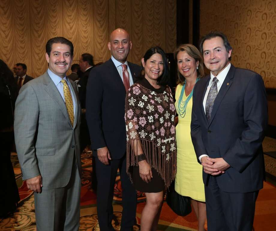 Adrián García, primero a la izquierda, con  varios miembros de la comundiad latina de Houston, el 15 de julio de 2015, durante el evento para anunciar  que la Convención Nacional 2015 de la Cámara de Comercio Hispana de EE.UU.  tendrá lugar en Houston en septiembre de este año. Photo: Jon Shapley, Houston Chronicle