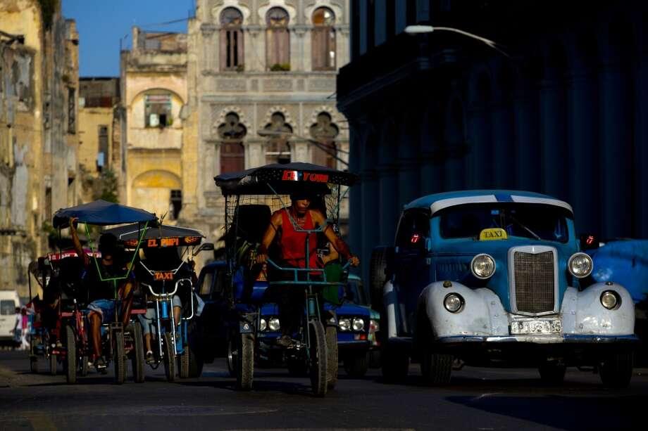 Pedicabs y taxis en La Habana. Photo: Dado Galdieri, Bloomberg