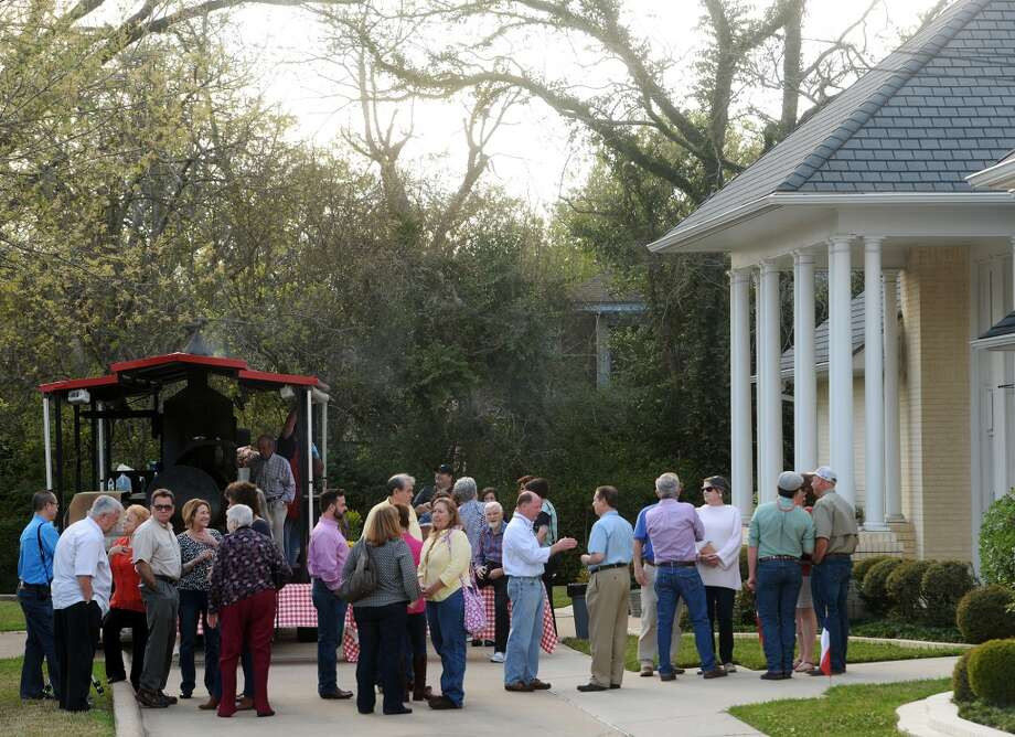 People line up outside the McFaddin-Ward House visitors center before Thursday's lecture on barbecue. Daniel Vaughn, barbecue editor for Texas Monthly, spoke Thursday afternoon at the McFaddin-Ward House about the history of Texas barbecue. Photo taken Thursday 3/19/15 Jake Daniels/The Enterprise Photo: Jake Daniels/The Enterprise
