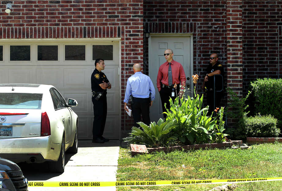 A home in the 10500 block of Dugas Drive on the West Side was the scene of a man's fatal shooting around 12:45 p.m. Police have not yet identified him. Photo: John Davenport /San Antonio Express-News / ©San Antonio Express-News/John Davenport