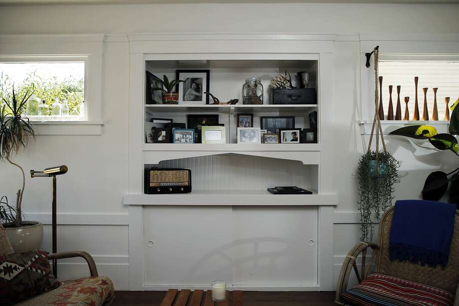 Built-in shelves in the living room of Dona Savitsky's Oakland home. Photo: Carlos Avila Gonzalez, The Chronicle