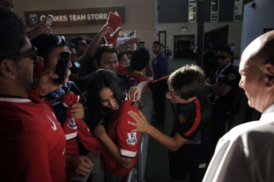 Ander Herrera (21) of Manchester United signs a jersey Neelima Karki of San Jose before a friendly International Champions Cup match between the San Jose Earthquakes and Manchester United at Avaya Stadium in San Jose, Calif., on Tuesday, July 21, 2015. Photo: Carlos Avila Gonzalez, The Chronicle